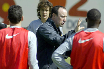 VALENCIA, SPAIN:  Valencia's coach Rafa Benitez (C) speaks with his players during a trainning session in  Sport city Valencia, 21 April 2004. Valencia will play Villarreal for the first leg of their UEFA Cup semifinals 22 April in Valencia. AFP PHOTO JOSE JORDAN  (Photo credit should read JOSE JORDAN/AFP/Getty Images)