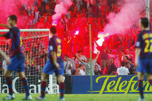 Bengalas e incidentes en el debut de Laporta en el palco del Camp Nou, con motivo del Trofeo Joan Gamper 2003 / / Vicens Gimenez (EL PAIS).