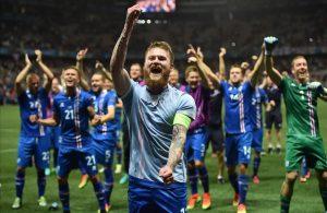 aron-gunnarsson-sus-companeros-seleccion-islandia-celebran-victoria-frenta-inglaterra-1467062784429