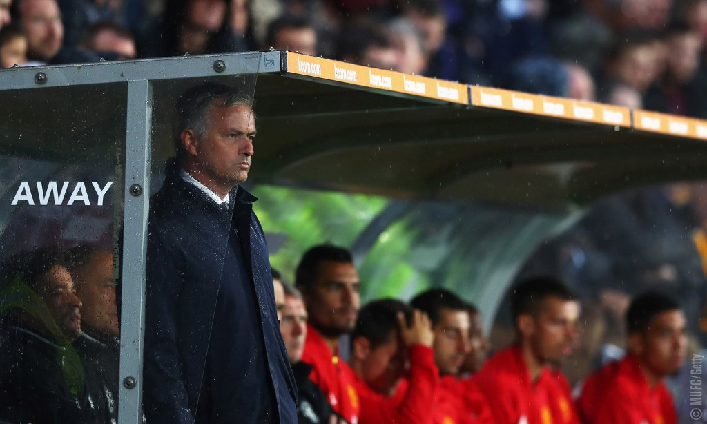 Mourinho en el banquillo (Vía Manchester United)