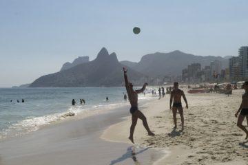 26fev2014---homens-aproveitam-dia-de-sol-e-calor-para-jogar-bola-na-praia-de-ipanema-na-zona-sul-do-rio-de-janeiro-nesta-quarta-feira-26-1393448545676_956x500