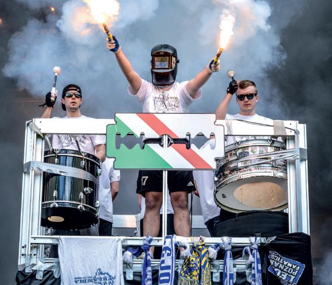 Así visten los ultras del Legia. Con guantes y máscaras, para no dejar huellas.
