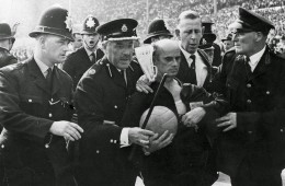 wc 1966 referee acompañaod