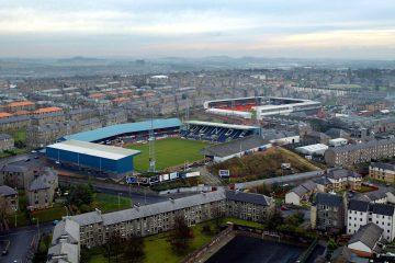 La ciudad de Dundee, con apenas 180.000 habitantes, cuenta con uno de los duelos más importantes de Escocia. Los estadios de Dundee United y Dundee FC están ubicados a lo largo de la Tannadice Street y solo 100 metros separan a uno del otro.