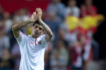 SEVILLE, SPAIN - SEPTEMBER 15: Ever Banega of Sevilla FC claps to the audience as he leaves the pitch during the UEFA Champions League Group D match between Sevilla FC and VfL Borussia Monchengladbach at Estadio Ramon Sanchez Pizjuan on September 15, 2015 in Seville, Spain.  (Photo by Gonzalo Arroyo Moreno/Getty Images)