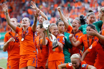 52622781. Enschede (Netherlands), 06/08/2017.- Anouk Dekker (C) of the Dutch women's soccer team celebrates with teammates winning the UEFA Women's Euro 2017 final soccer match between The Netherlands and Denmark in Enschede, The Netherlands, 06 August 2017. (Dinamarca, Países Bajos; Holanda) EFE/EPA/Bas Czerwinski